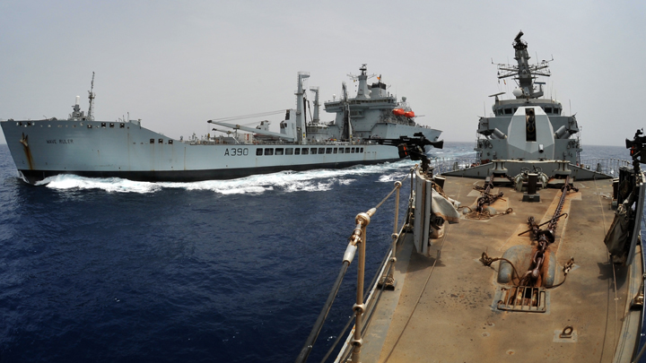 HMS Sutherland RASes with RFA Wave Ruler