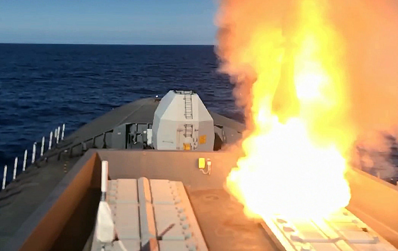 HMS Diamond Sea Viper firing