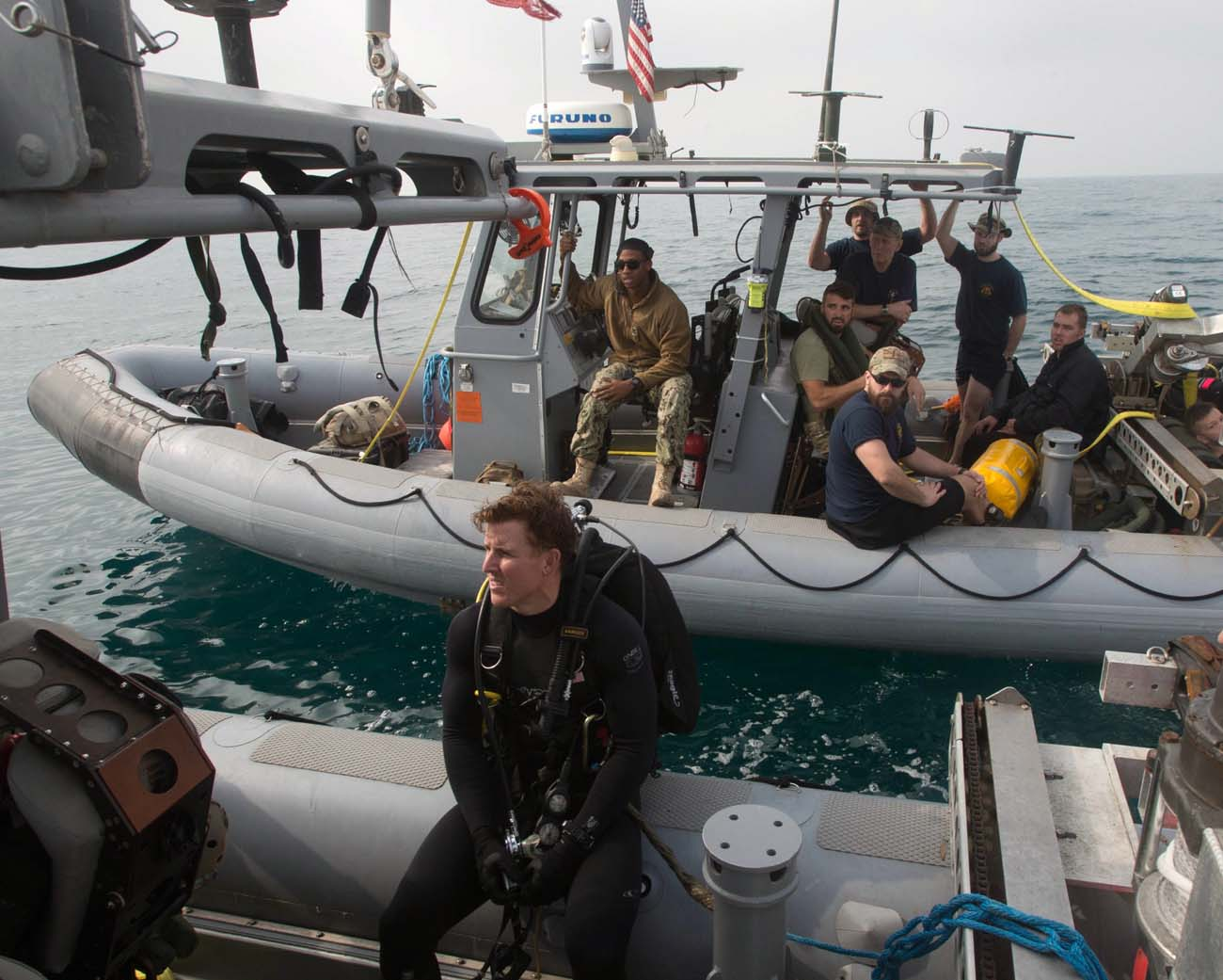 Divers hunt mines in joint US-UK exercise